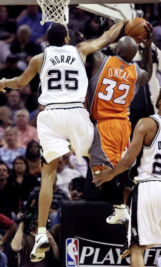 SPORTS Robert Horry stops Shaquille O'Neal at the basket Tuesday April 22, 2008, in the firs half at the AT&T Center. GLORIA FERNIZ/STAFF Photo: GLORIA FERNIZ, Express-News / SAN ANTONIO EXPRESS-NEWS