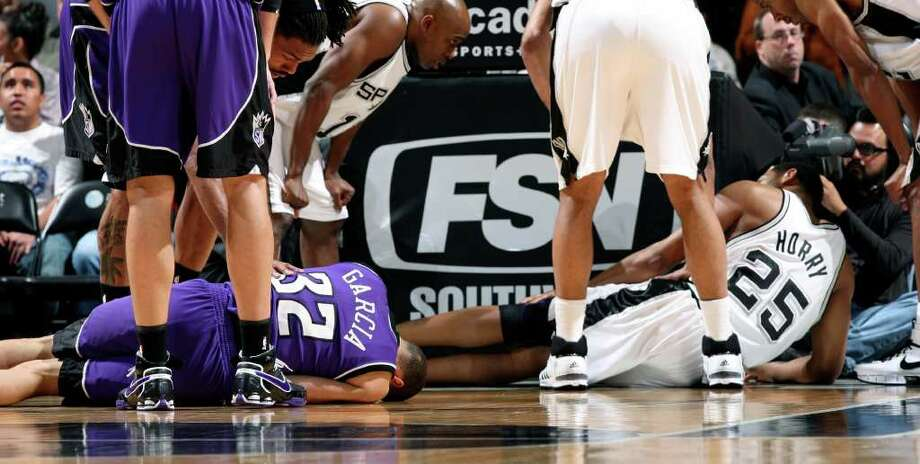 SPORTS Francisco garcia and Robert Horry are slow to get up after colliding Friday March 21, 2008, at the at&t center. GLORIA FERNIZ/STAFF Photo: GLORIA FERNIZ, Express-News / SAN ANTONIO EXPRESS-NEWS
