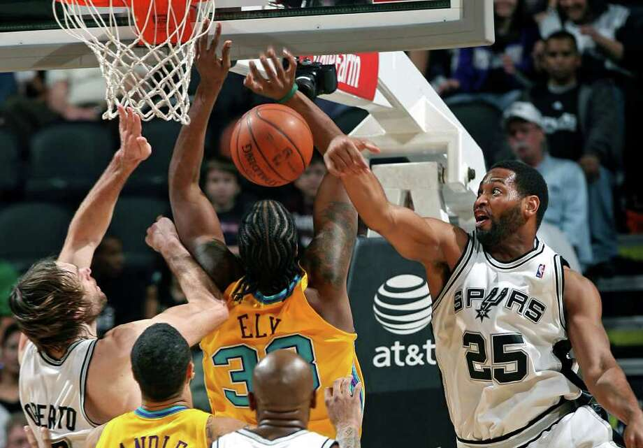 SPORTS   Spurs forward Robert Horry knocks the ball away from Hornets  center Melvin Ely in the second half. SAN ANTONIO SPURS VERSUS NEW ORLEANS HORNETS AT THE AT&T CENTER   Tom Reel/Staff   January  26, 2008. Photo: TOM REEL, Express-News / SAN ANTONIO EXPRESS-NEWS