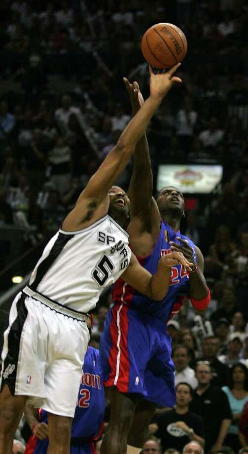 The Spurs Robert Horry battles the Pistons' Antonio McDyess for a loose ball during first quarter action of game 7 of the NBA Finals at the SBC Center in San Antonio,  June 23, 2005. ( JERRY LARA STAFF ) Photo: JERRY LARA, Express-News / SAN ANTONIO EXPRESS-NEWS