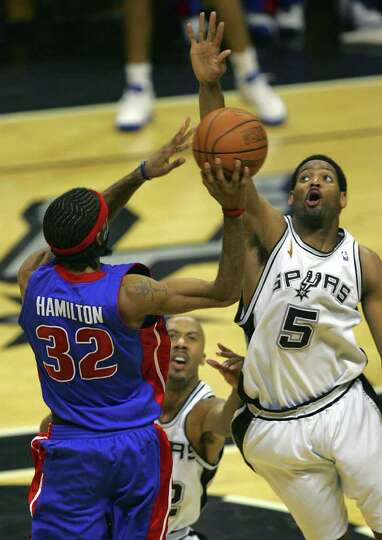 Spurs Robert Horry (5) and Bruce Bowen defend Pistons Richard Hamilton during second quarter action
