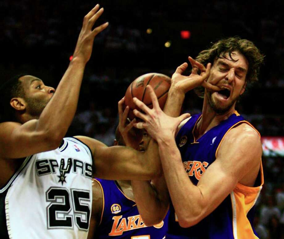 San Antonio Spurs forward Robert Horry (25) guarding Los Angeles Lakers center Pau Gasol (16) of Spain gets a finger in Gasol's mouth during first half action in game three of the NBA Western Conference Finals Tuesday May 27, 2008. JERRY LARA Photo: JERRY LARA, Express-News / wluther@express-news.net