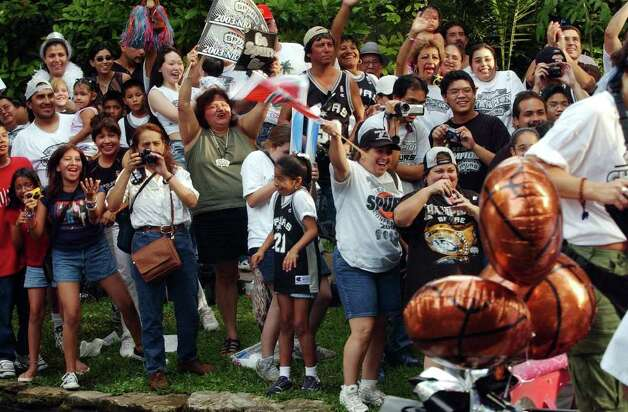 San Antonio Spurs fans celebrate during  2003 NBA Championship River Parade  on Wednesday, June 18, 2003. ( JERRY LARA STAFF ) Photo: JERRY LARA, SAN ANTONIO EXPRESS-NEWS / SAN ANTONIO EXPRESS-NEWS