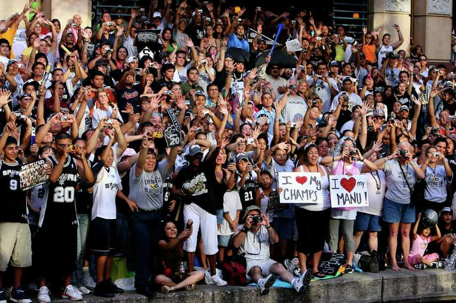 FOR METRO - Spurs'  fans yell as members of the team pass during the victory parade Sunday June 17, 2007, at the River Center Lagoon (EDWARD A. ORNELAS/STAFF) Photo: EDWARD A. ORNELAS, SAN ANTONIO EXPRESS-NEWS / SAN ANTONIO EXPRESS-NEWS