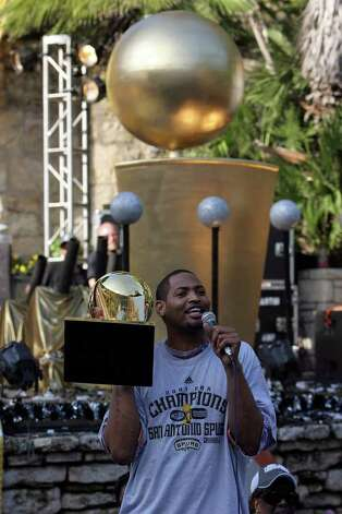 San Antonio Spurs Robert Horry addresses the crowd at the Arneson Theater during aparade down the Riverwalk in celebration of their fourth NBA Championship title on Sunday, June, 17, 2007.  ( JERRY LARA STAFF ) Photo: JERRY LARA, SAN ANTONIO EXPRESS-NEWS / SAN ANTONIO EXPRESS-NEWS