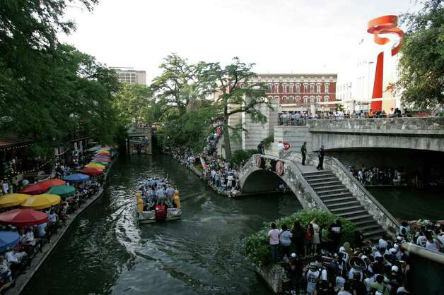 METRO - Barges pass fans during the Spurs NBA Championship river parade on Sunday, June 17, 2007. Lisa Krantz/STAFF Photo: LISA KRANTZ, SAN ANTONIO EXPRESS-NEWS / SAN ANTONIO EXPRESS-NEWS