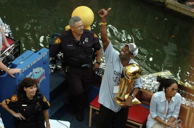 Michael Finley gives a fan the thumbs up during the  San Antonio Spurs 2007 Championship River Parade Sunday, June 17, 2007. The fan was on a balcony at the Hilton with a sign that read Muddy Water=4 Mark Cuban=0 GLORIA FERNIZ/STAFF Photo: GLORIA FERNIZ, SAN ANTONIO EXPRESS-NEWS / SAN ANTONIO EXPRESS-NEWS