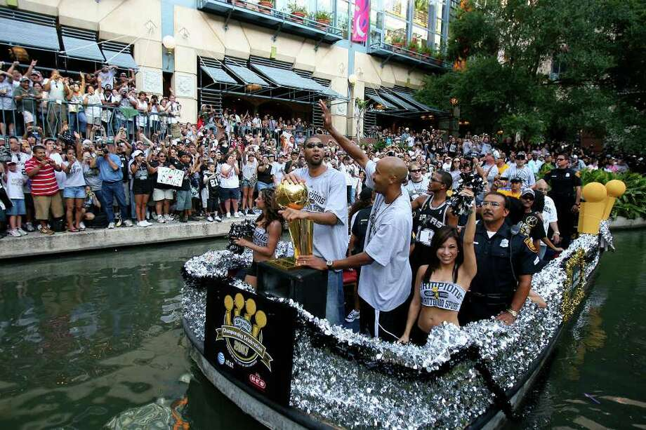 FOR METRO - Spurs' forward Tim Duncan (21) and forward Bruce Bowen (12) take part in the victory parade Sunday June 17, 2007, at the River Center Lagoon (EDWARD A. ORNELAS/STAFF) Photo: EDWARD A. ORNELAS, SAN ANTONIO EXPRESS-NEWS / SAN ANTONIO EXPRESS-NEWS