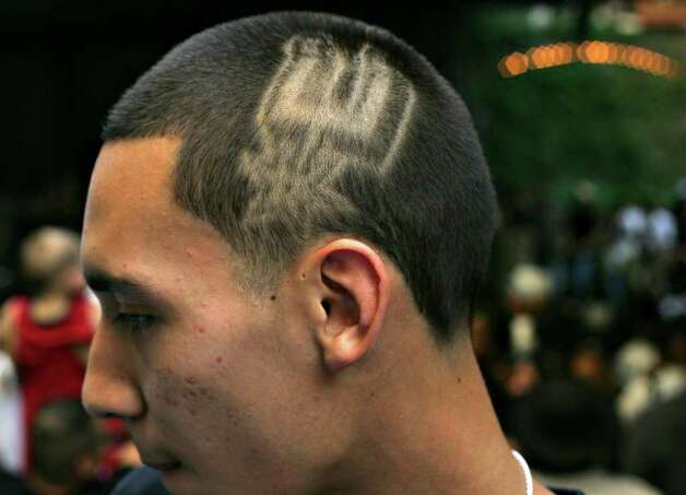 METRO - Eric Ledesma wears the Spurs logo shaved in his head during the Spurs Championship Parade Sunday, June 17, 2007 on the San Antonio River. BAHRAM MARK SOBHANI/STAFF Photo: BAHRAM MARK SOBHANI, SAN ANTONIO EXPRESS NEWS / SAN ANTONIO EXPRESS NEWS