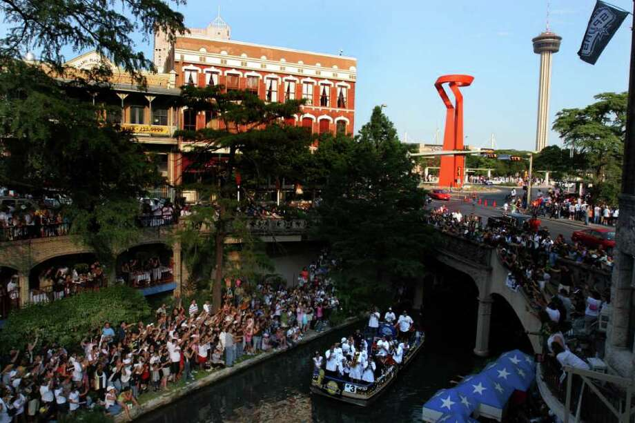 Fans watch Tony Parkers float during the Spurs NBA Championship River Parade Saturday, June 25, 2005. Nicole Fruge/San Antonio Express News Photo: NICOLE FRUGE, SAN ANTONIO EXPRESS-NEWS / SAN ANTONIO EXPRESS-NEWS
