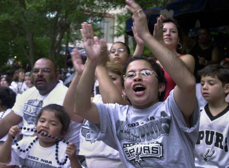 METRO:  Lori Perez, center, cheers for the Spurs as they pass by during the parade on the river on Wednesday, June 18, 2003.  (CARRIE J. JENSEN/STAFF) Photo: CARRIE J. JENSEN, SAN ANTONIO EXPRESS-NEWS / SAN ANTONIO EXPRESS-NEWS