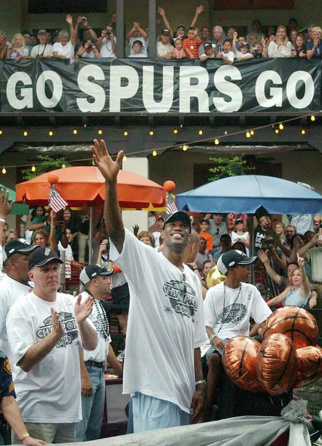 METRO David Robinson waves to the crowd lined along the San Antonio river Wednesday, June 18,  2003, celebrating the 2003NBA championship.  GLORIA FERNIZ/STAFF Photo: GLORIA FERNIZ, SAN ANTONIO EXPRESS-NEWS / SAN ANTONIO EXPRESS-NEWS