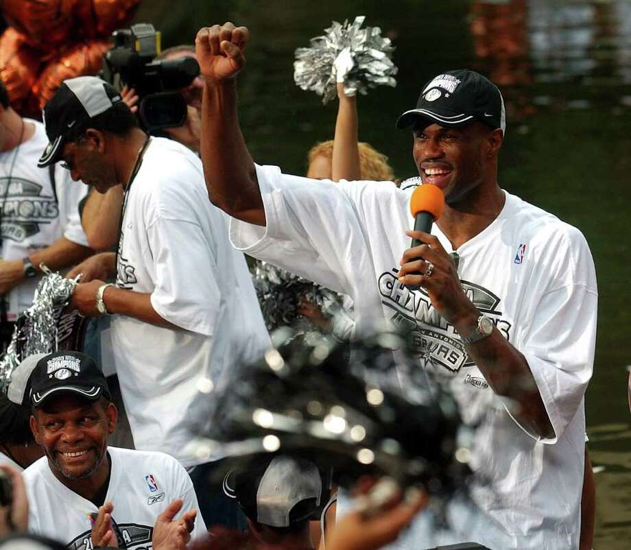 METRO   ---   The Spurs' David Robinson acknowledges the crowd Wednesday evening June 18, 2003 in the Arneson River Theater during the SBC 2003 Spurs Championship Celebration river parade. (WILLIAM LUTHER/STAFF) Photo: WILLIAM LUTHER, SAN ANTONIO EXPRESS-NEWS / SAN ANTONIO EXPRESS-NEWS