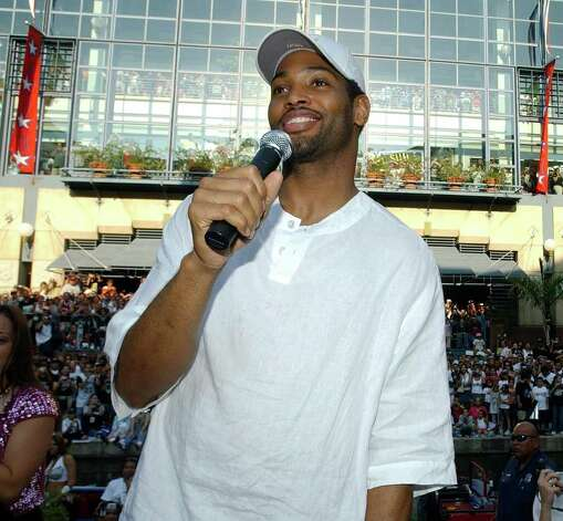 FOR METRO - Spurs' Robert Horry speaks to fans during the championship parade through the River Center Lagoon Saturday June 25, 2005. FOR PHOTO BY EDWARD A. ORNELAS Photo: EDWARD A. ORNELAS, SAN ANTONIO EXPRESS-NEWS / SAN ANTONIO EXPRESS-NEWS