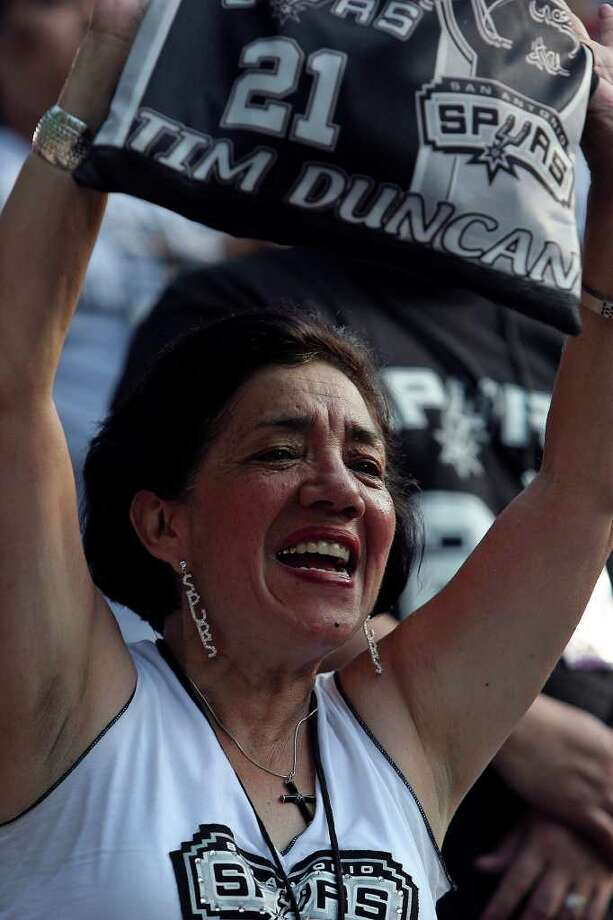 San Antonio Spurs fan Janie Navarro cheer for the players during a parade down the Riverwalk at the Arneson Theater in celebration of their fourth NBA Championship title on Sunday, June, 17, 2007.  ( JERRY LARA STAFF ) Photo: JERRY LARA, SAN ANTONIO EXPRESS-NEWS / SAN ANTONIO EXPRESS-NEWS