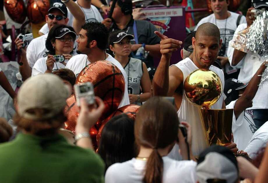 METRO   ---   The Spurs' Tim Duncan acknowledges the crowd Wednesday evening June 18, 2003 in the Arneson River Theater during the SBC 2003 Spurs Championship Celebration river parade. (WILLIAM LUTHER/STAFF) Photo: WILLIAM LUTHER, SAN ANTONIO EXPRESS-NEWS / SAN ANTONIO EXPRESS-NEWS
