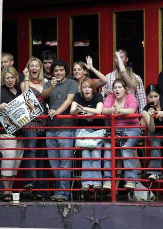 (For 210SA) Fans cheer from a balcony along the Riverwalk during the Spurs victory parade in San Antonio, Texas on Sunday, June 17, 2007. (ALICIA WAGNER CALZADA/ SPECIAL TO 210SA) Photo: ALICIA WAGNER CALZADA, SPECIAL TO THE EXPRESS-NEWS / Alicia Wagner Calzada