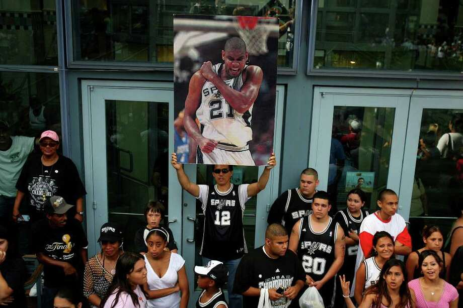 FOR METRO -  A Spurs fan hold a poster of forward Tim Duncan (21) while waiting for the start of the victory parade Sunday June 17, 2007, at the River Center Lagoon (EDWARD A. ORNELAS/STAFF) Photo: EDWARD A. ORNELAS, SAN ANTONIO EXPRESS-NEWS / SAN ANTONIO EXPRESS-NEWS