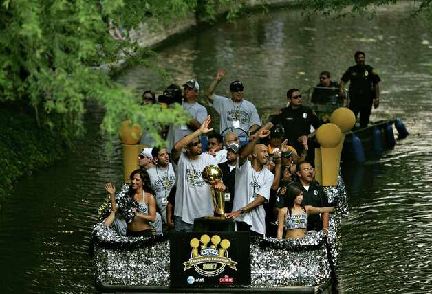 METRO - Tim Duncan and Bruce Bowen wave to adoring fans as they ride in the Spurs Championship Parade Sunday, June 17, 2007 on the San Antonio River. BAHRAM MARK SOBHANI/STAFF Photo: BAHRAM MARK SOBHANI, SAN ANTONIO EXPRESS NEWS / SAN ANTONIO EXPRESS NEWS