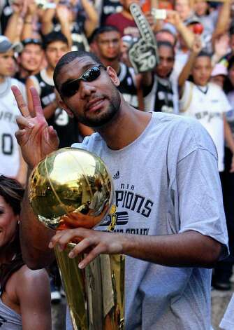 FOR METRO - Spurs' forward Tim Duncan (21) waves to fans during the victory parade Sunday June 17, 2007, at the River Center Lagoon (EDWARD A. ORNELAS/STAFF) Photo: EDWARD A. ORNELAS, SAN ANTONIO EXPRESS-NEWS / SAN ANTONIO EXPRESS-NEWS