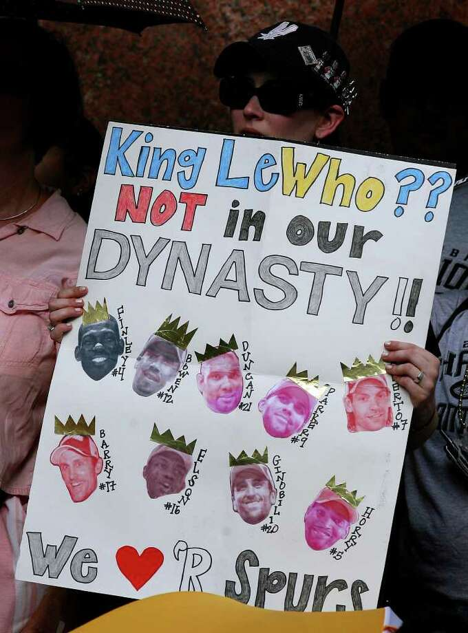 FOR METRO - A  Spurs fan hold a sign while waiting for the start of the victory parade Sunday June 17, 2007, at the River Center Lagoon (EDWARD A. ORNELAS/STAFF) Photo: EDWARD A. ORNELAS, SAN ANTONIO EXPRESS-NEWS / SAN ANTONIO EXPRESS-NEWS