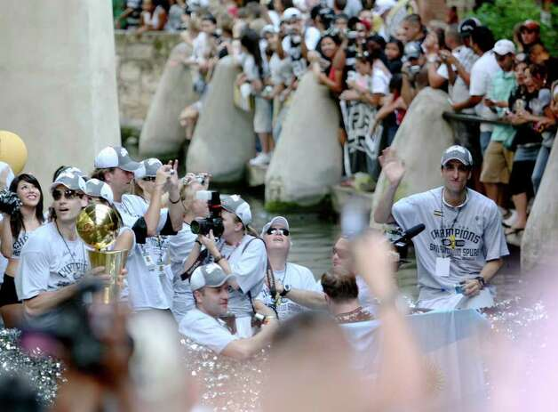 METRO - Argentinian players Fabricio Oberto (with trophy) and Manu Ginobili, right, ride a barge during the Spurs Championship Parade Sunday, June 17, 2007 on the San Antonio River. BAHRAM MARK SOBHANI/STAFF Photo: BAHRAM MARK SOBHANI, SAN ANTONIO EXPRESS NEWS / SAN ANTONIO EXPRESS NEWS