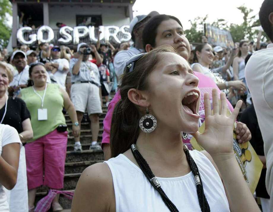 (For 210SA) Marybeth Thatcher cheers during the Spurs victory parade in San Antonio, Texas on Sunday, June 17, 2007. (ALICIA WAGNER CALZADA/ SPECIAL TO 210SA) Photo: ALICIA WAGNER CALZADA, SPECIAL TO THE EXPRESS-NEWS / Alicia Wagner Calzada