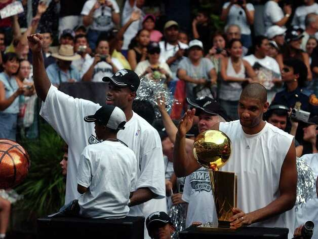 Spurs' David Robinson (left) and Tim Duncan acknowledge the crowd at the laguna in RiverCenter Mall during the Spurs river parade along the RiverWalk in San Antonio on Wednesday, June 18, 2003. (Kin Man Hui/Staff) Photo: KIN MAN HUI, SAN ANTONIO EXPRESS-NEWS / SAN ANTONIO EXPRESS-NEWS