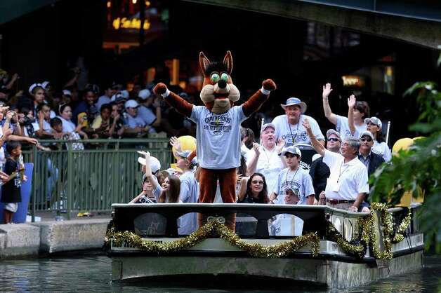 FOR METRO - The Spurs' Coyote reacts as he takes part in the victory parade Sunday June 17, 2007, at the River Center Lagoon (EDWARD A. ORNELAS/STAFF) Photo: EDWARD A. ORNELAS, SAN ANTONIO EXPRESS-NEWS / SAN ANTONIO EXPRESS-NEWS
