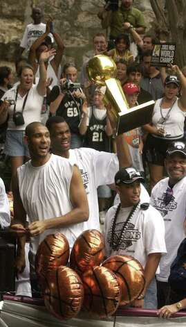 METRO -- Tim Duncan and David Robinson near the end of  Spurs Championship parade under the Augusta Street Bridge Wednesday June 18, 2003.  (Robert McLeroy/Staff) Photo: ROBERT MCLEROY, SAN ANTONIO EXPRESS-NEWS / SAN ANTONIO EXPRESS-NEWS