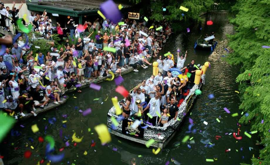 METRO - Tim Duncan and Bruce Bowen acknowledge the fans as confetti falls on them during the Spurs Championship Parade Sunday, June 17, 2007 on the San Antonio River. BAHRAM MARK SOBHANI/STAFF Photo: BAHRAM MARK SOBHANI, SAN ANTONIO EXPRESS NEWS / SAN ANTONIO EXPRESS NEWS