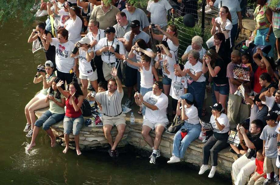 METRO -  Spurs fans cheer on Steve Kerr as he passes by Wed. June 18, 2003 during the Spurs Parade on the Riverwalk. KEVIN GEIL/STAFF Photo: KEVIN GEIL, EXPRESS-NEWS / EXPRESS-NEWS