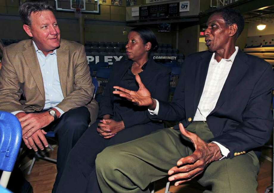 Larry Kenon (right) and Vanessa Kenon chat with Mark Oberding at the  memorial service for Spurs great Mike Mitchell at the Antioch Sports Center  on  June 16, 2011.    Tom Reel/Staff / © 2011 San Antonio Express-News