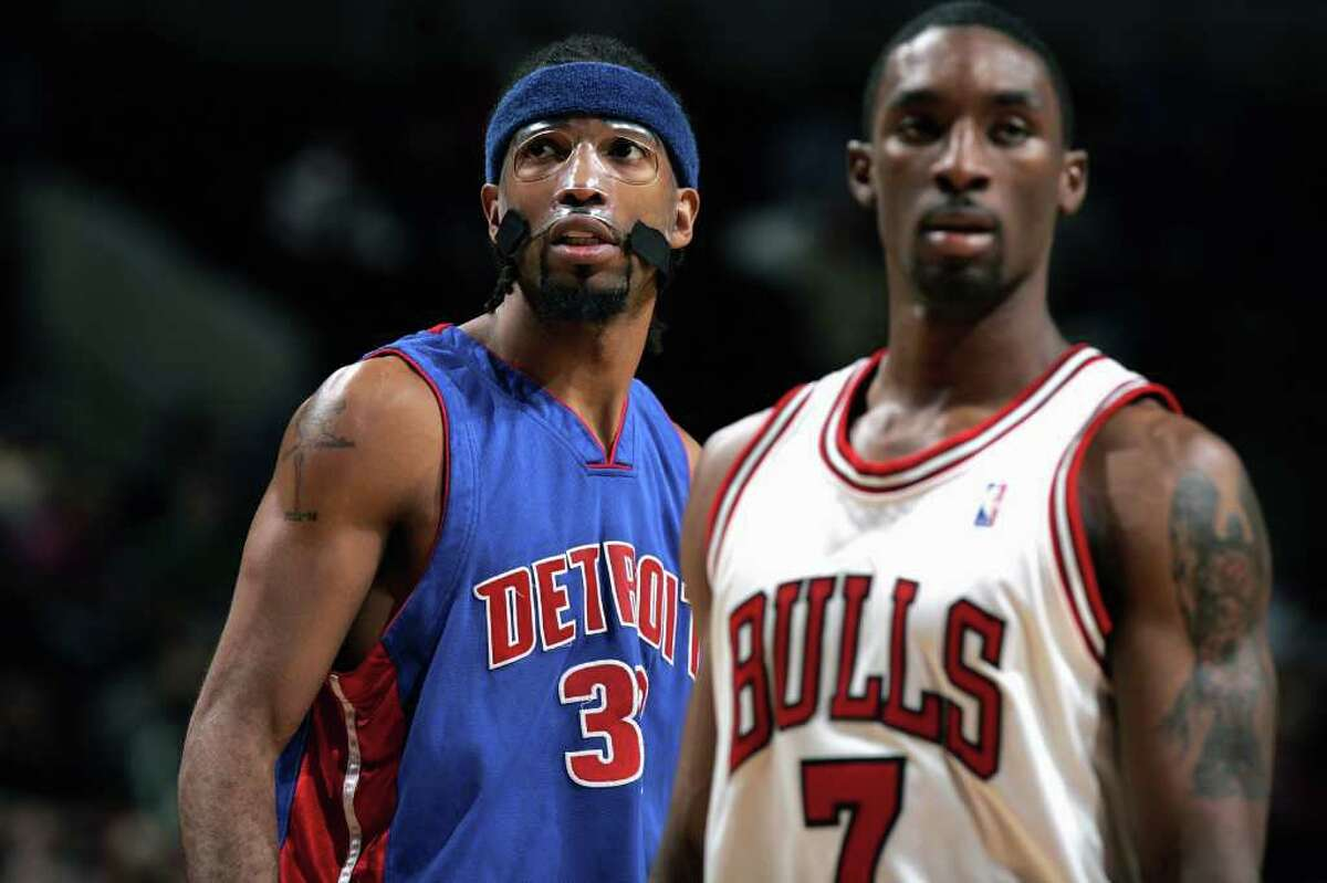 Former UConn stars Richard Hamilton (32) of the Detroit Pistons and Ben Gordon (7) of the Chicago Bulls during the game on January 3, 2005 at the United Center in Chicago, Illinois. (Photo by Jonathan Daniel/Getty Images)