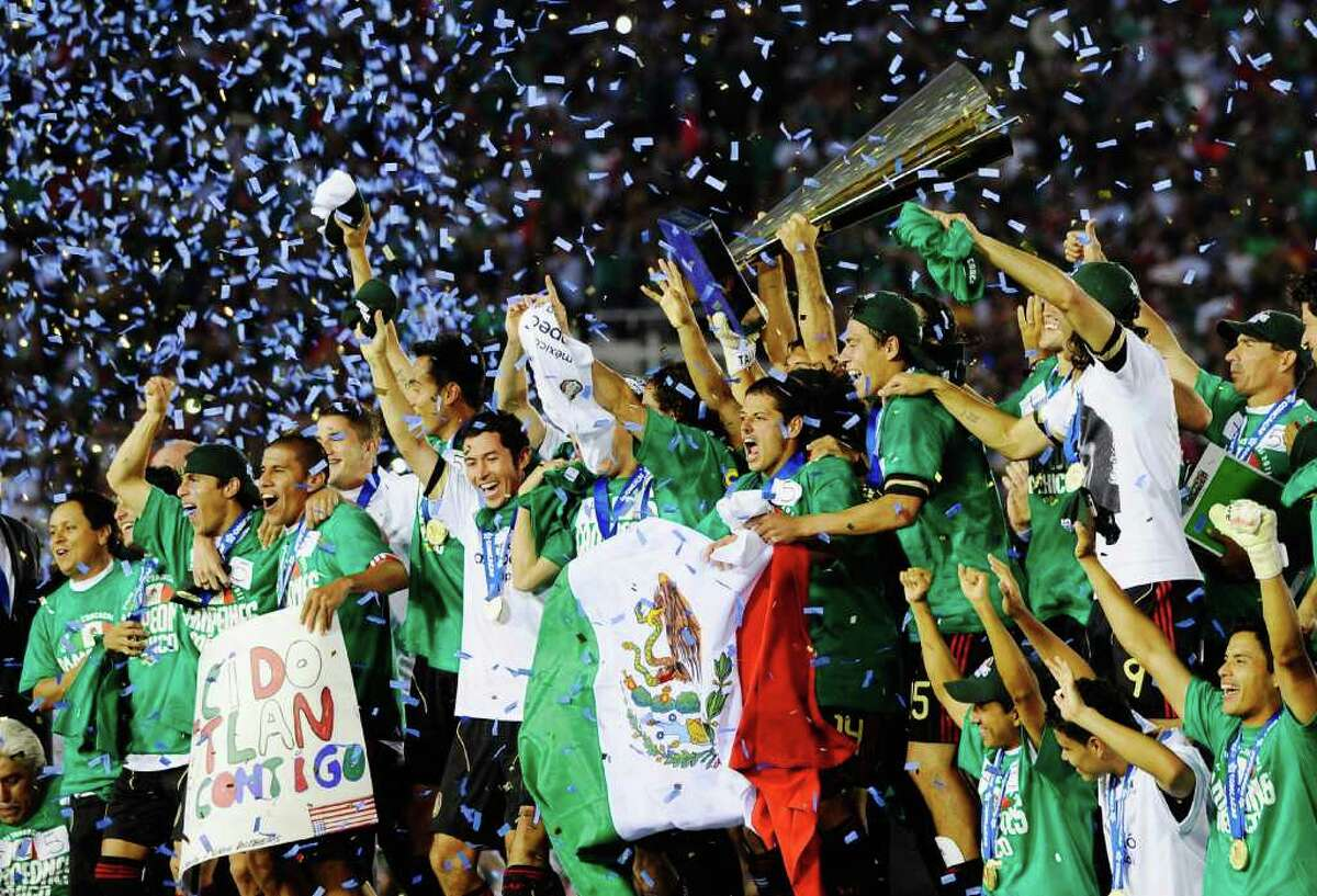 PASADENA, CA - JUNE 25: Mexico celebartes after defeating United States in the 2011 CONCACAF Gold Cup Championship at the Rose Bowl on June 25, 2011 in Pasadena, California. (Photo by Kevork Djansezian/Getty Images)