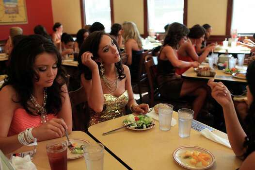 metro - Miss Texas contestants including Miss San Antonio Domonique Ramirez, left, and Miss Lake O' The Pines DaNae Couch, right,  eat dinner at Furr's Fresh Buffet before the second night of the Miss Texas Pageant preliminary competition in Arlington on Wednesday, June 29, 2011. LISA KRANTZ/lkrantz@express-news.net Photo: LISA KRANTZ, SAN ANTONIO EXPRESS-NEWS / SAN ANTONIO EXPRESS-NEWS