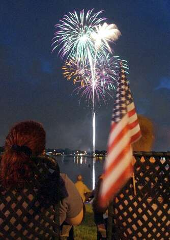 San Antonians take in the fireworks display as part of the annual Independence Day celebration at Woodlawn Lake on Thursday, July 4, 2002. Photo: Kin Man Hui/kmhui@express-news.net / SAN ANTONIO EXPRESS-NEWS