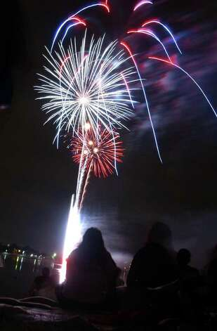 Spectators watch the Independence Day fireworks show at Woodlawn Lake on July 4, 2003. Photo: Express-News File Photo / San Antonio Express-News