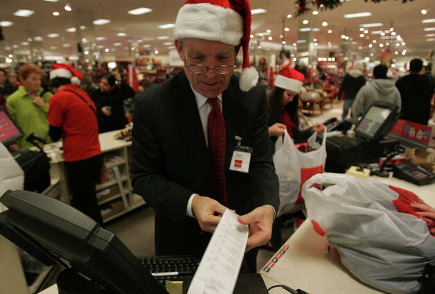 Store manager Jeff Coate helps his staff ring up customers at JCPenny in Northgate Mall, Nov. 23, 2007. Photo: Seattlepi.com File, Seattle Post-Intelligencer