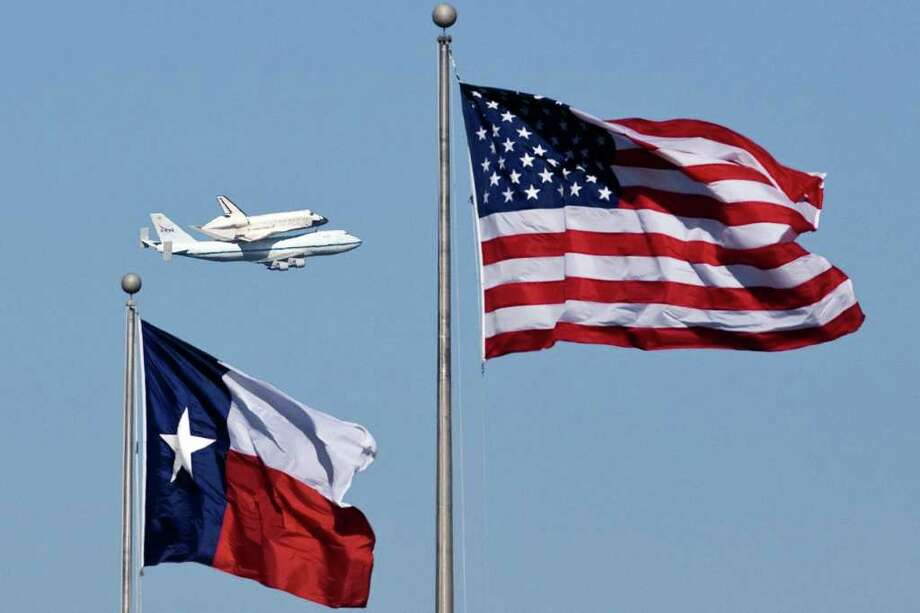 A specially modified Boeing 747 jet carries the space shuttle Endeavour as it flies over the Johnson Space Center on the the shuttle's return trip to Kennedy Space Center  Thursday, Dec. 11, 2008, in Houston. Photo: James Nielsen, Houston Chronicle / Houston Chronicle