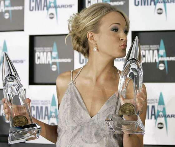 Carrie Underwood holds the Female Vocalist of the Year and the Horizon awards at the 40th Country Music Association Awards in Nashville, Tennessee November 6, 2006. REUTERS/Lucas Jackson (UNITED STATES) Photo: LUCAS JACKSON, REUTERS / X90066