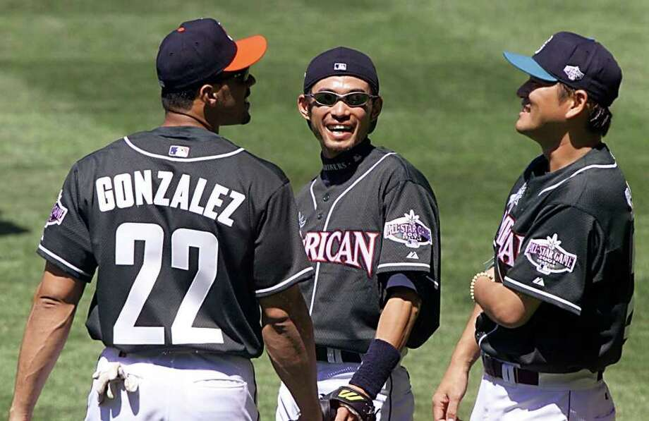 SEATTLE, UNITED STATES:  Seattle Mariners' All-Star centerfielder Ichiro Suzuki (C) of Japan talks with teammate Kazuhiro Sasaki (R) and Cleveland Indians' Juan Gonzalez (L) during batting practice for the All-Star game 10 July, 2001 at Safeco Field in Seattle, WA. AFP PHOTO/Jeff HAYNES Photo: JEFF HAYNES, AFP/Getty Images / AFP