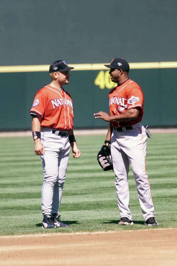 10 Jul 2001:  Barry Bonds of the San Francisco Giants (r) chats with Mike Piazza of the New York Mets during batting practice for the 2001 Major League Baseball All-Star Game at Safeco Field in  Seattle, Washington. DIGITAL IMAGE. Mandatory Credit:  Jed Jacobsohn/Allsport Photo: Jed Jacobsohn, Getty Images / Getty Images North America