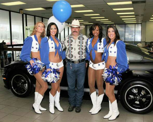 Lorenzo Delgadillo enjoys a moment with Dallas Cowboys cheerleaders Leah Mullinax (from left) Misty Duncan, Carmen Butler and Andrea Rogers at Red McCombs Fords. The four cheerleaders toured San Antonio Ford delearships on July 21 to help kick off the Built Ford Tough Dallas Cowboys training camp. (Raul Flores/Conexión) Photo: Raul A. Flores