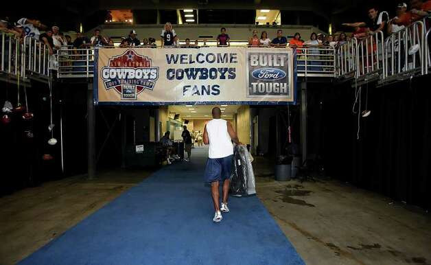 Wide receiver Sam Hurd makes his way off the field and into the locker rooms at the end of practice at the Cowboys Training Camp at the Alamodome on Wednesday, August 19, 2009. Cowboys Camp wrapped up after three weeks in San Antonio. Kin Man Hui/kmhui@express-news.net Photo: Kin Man Hui, San Antonio Express-News / San Antonio Express-News