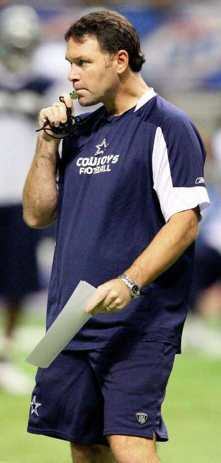 Dallas Cowboys' special teams coach Joe DeCamillis works with players during a practice at the Alamodome in August 2009. Photo: EDWARD A. ORNELAS, SAN ANTONIO EXPRESS-NEWS / eaornelas@express-news.net