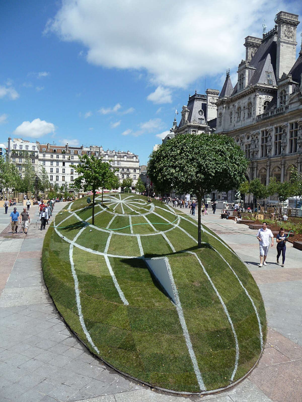 Though the lawn looks like a 3D sphere from a certain angle, it actually encompasses 1200 square meters of grass and measures 100 meters long. (Photo: Paris côté Jardin)