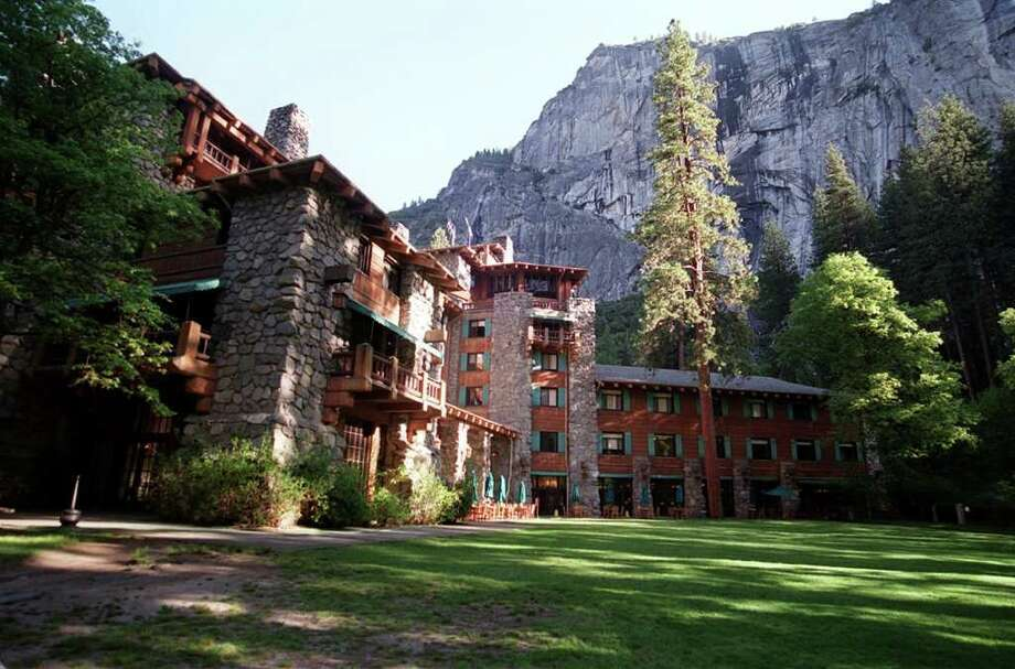 KRT TRAVEL STORY SLUGGED: UST-YOSEMITE-LODGING KRT PHOTOGRAPH BY RON COBB/ST. LOUIS POST-DISPATCH (August 4) The Ahwahnee Hotel, in Yosemite National Park, opened in 1927. (mvw) 2003 Photo: RON COBB, MBR / ST. LOUIS POST-DISPATCH