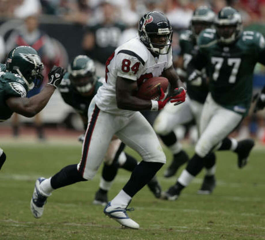 Eric Moulds makes one of his six receptions Sunday against the Eagles. Moulds scored the Texans' only touchdown. Photo: Billy Smith II, CHRONICLE