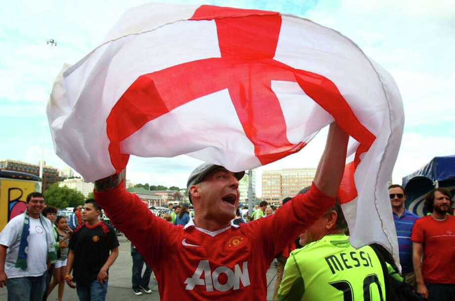 Manchester United fan Lee New waves a flag. Photo: JOSHUA TRUJILLO / SEATTLEPI.COM
